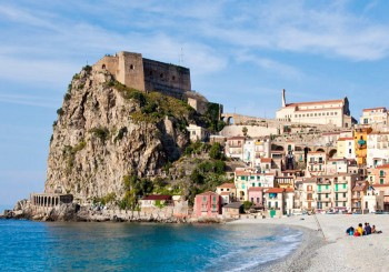 Coastline of Scilla with buildings in the background, Calabria, Italy (KEYSTONE/F1ONLINE/Pritz)